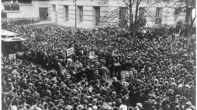 Crowd_to_hear_Suffragettes,_Oct._28,_1908